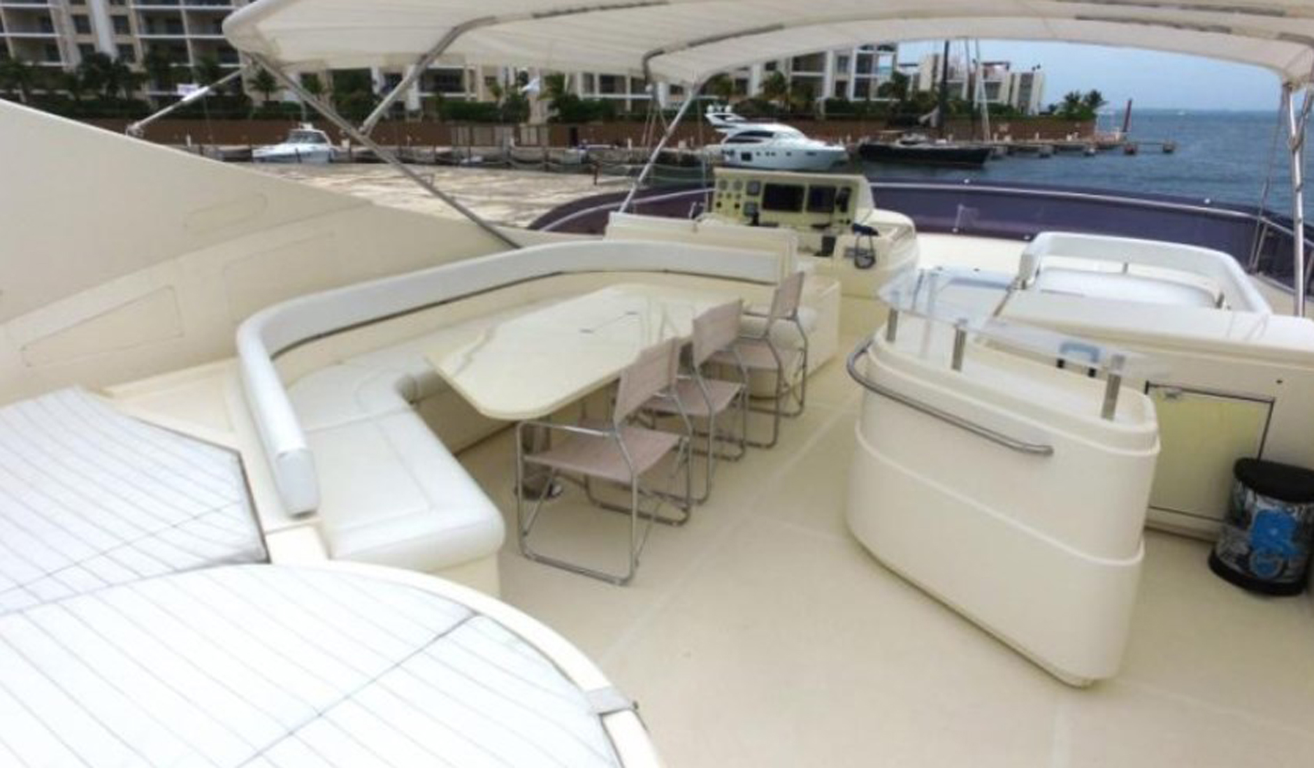 FERRETTI YACHTS 881 Photo  4